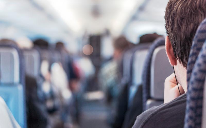 ¿Por qué nos duelen los oídos al volar en avión?